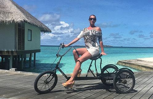 Анастасия Волочкова на Мальдивах осваивает новые для себя виды транспорта