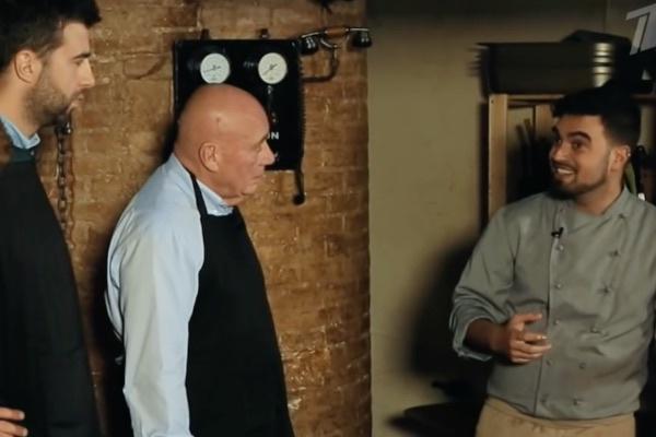 Владимир Познер и Иван Ургант учились готовить паэлью с местными поварами