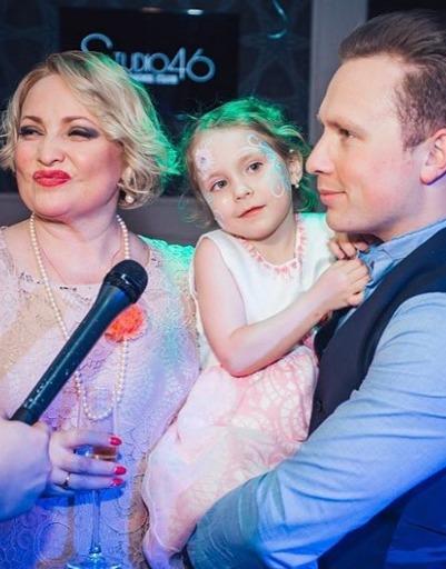 Светлана Пермякова с Максимом Скрябиным и дочерью повеселилась в караоке-баре