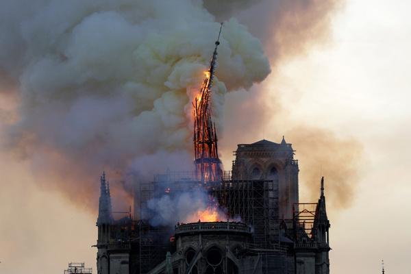 Из-за пожара рухнул шпиль собора