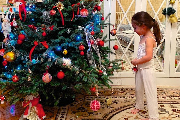 Часть новогодних игрушек для елки Диана сделала самостоятельно