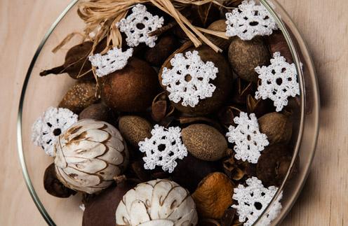 Ажурные снежинки украшают интерьер и создают праздничное настроение
