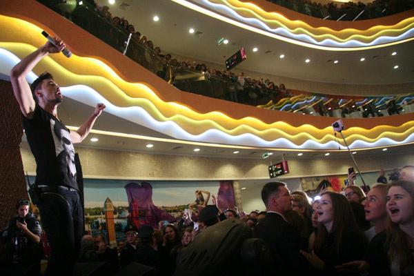 Из-за обещания Дмитрия на открытии комплекса показать свое шоу, зрителей было невероятное количество