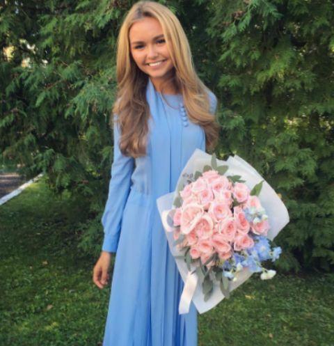 Стеша Маликова появилась на линейке в своем учебном заведении в роскошном наряде небесно-голубого цвета