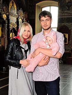 В августе Элина и Александр сыграют свадьбу Элина выросла в верующей семье Во время крещения Саша вела себя спокойно Появление ребенка укрепило отношения Ангел
