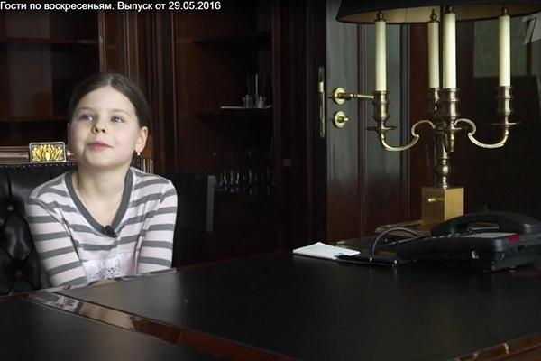 Маша Табакова в кабинете папы рассказывает о своих родителях