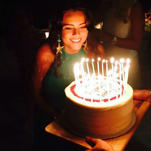 Задувая свечи на праздничном торте, Вика загадала желание