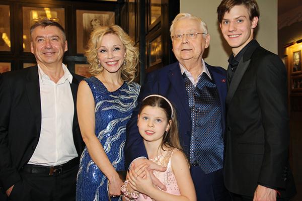 Олег Табаков в окружении жены Марины Зудиной и детей: 9-летней Маши и 20-летнего Павла и сына от первого брака Антона Табакова.
