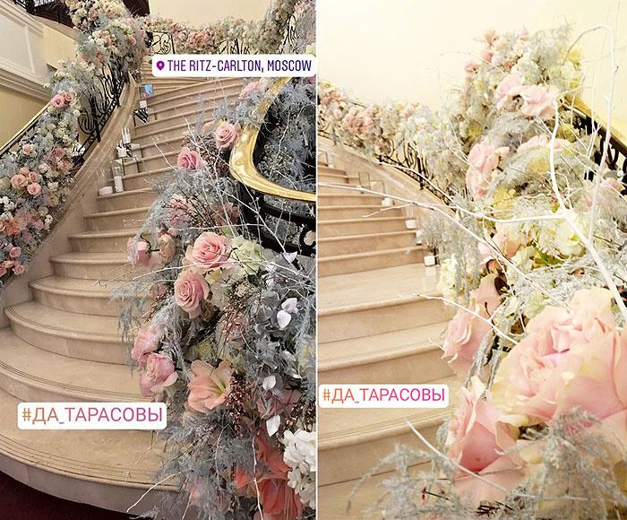 Лестница, украшенная цветами