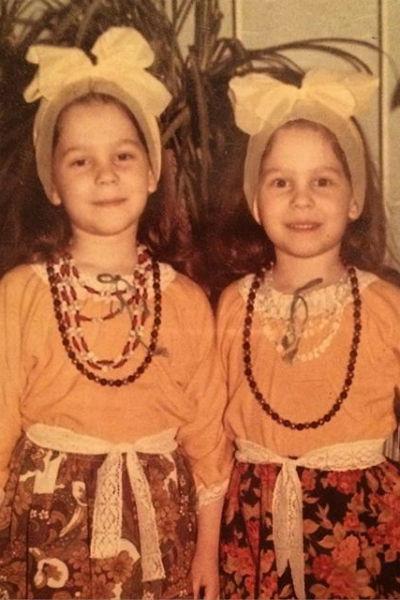 Сестры вновь публикуют в блогах совместные детские фотографии