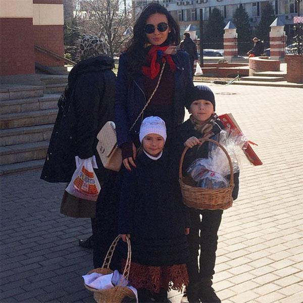 Инна Жиркова с детьми по дороге в храм