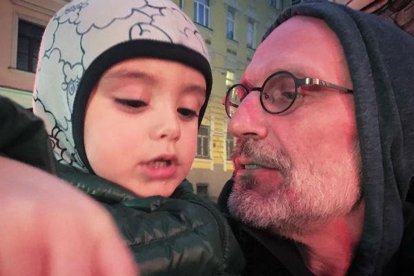 Александр Гордон души не чает в сыне