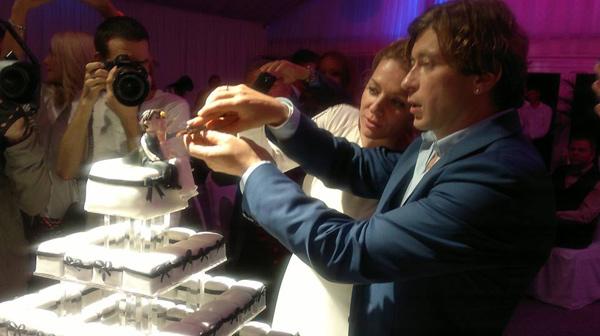 В финале праздника не обошлось без свадебного торта