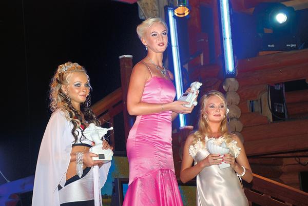 Наталья с Ольгой Бузовой и Дарьей Пынзарь во время конкурса «Богиня «Дома-2», 2008 год