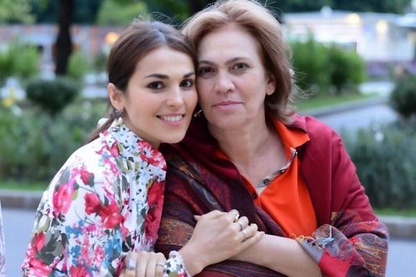Сати Казанова поздравила маму с днем рождения