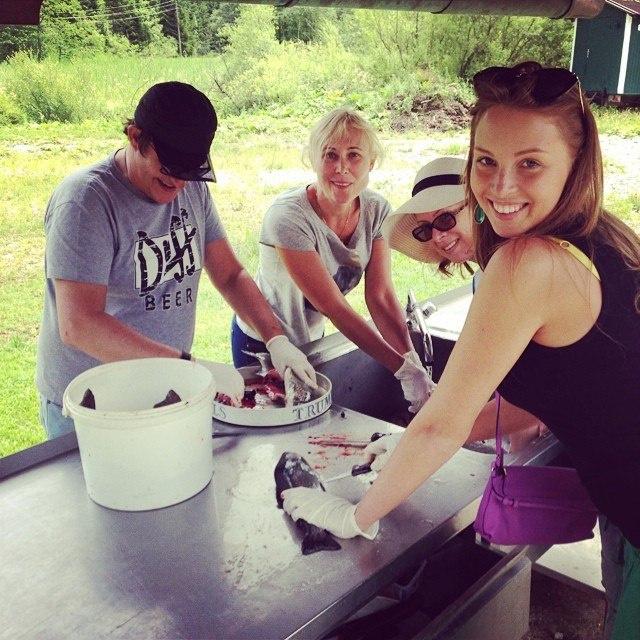 Чистить рыбу паре помогала мама Полины