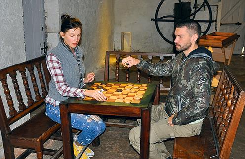 В одном из замков Ольга и Владимир сыграли в старинные шашки