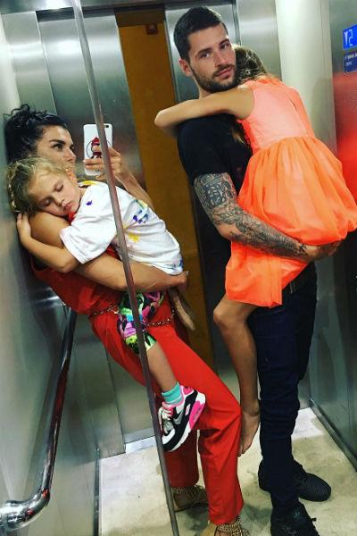 Анна Седокова с возлюбленным и дочками