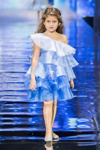 Дочь Жасмин Маргарита примерила два платья
