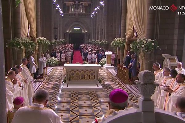 Собор украсили белыми розами