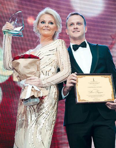 «Лучший дизайнер интерьера» награду Алена Бородина и вручающий награду актер Евгений Кулик