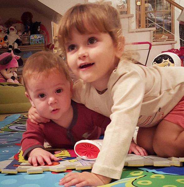 Маша прекрасно относистя к младшему брату Ванечке