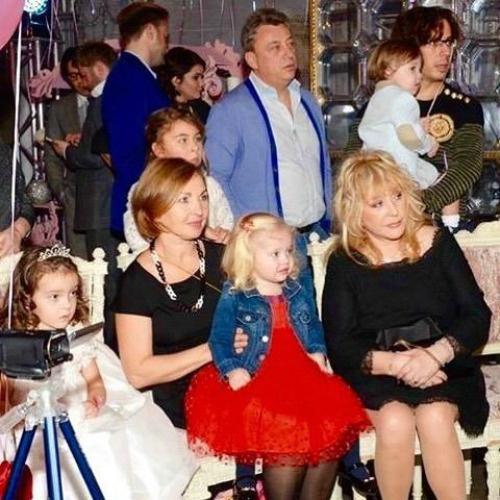 Двойняшки Пугачевой и Галкина впервые вышли в свет