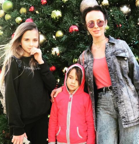 Саша Зверева с дочерью Василисой и сыном Макаром