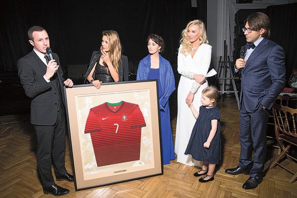 Майка Криштиану Роналду с автографом футболиста заинтересовала многих