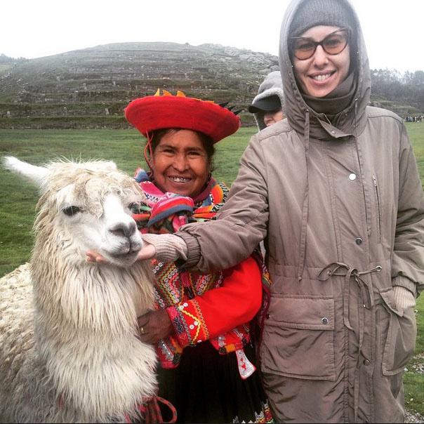 Ксения Собчак с жительницей Перу и представителем местной фауны