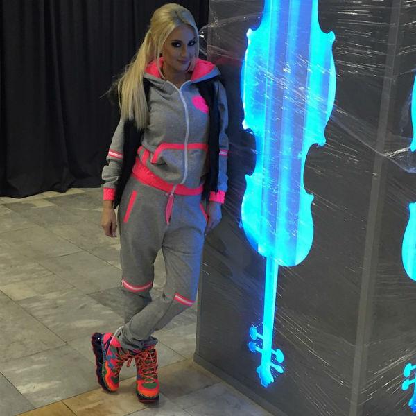 Такой спортивный костюм у Кудрявцевой имеется в нескольких цветах