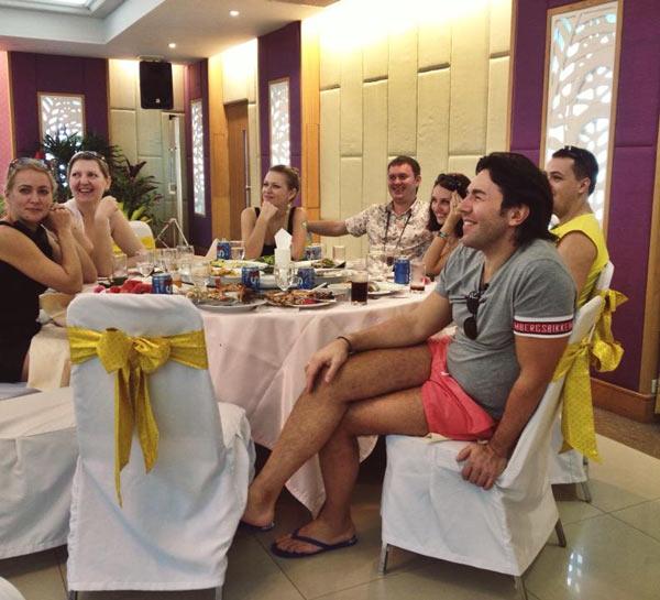 Андрей Малахов с читателями в рыбном ресторане