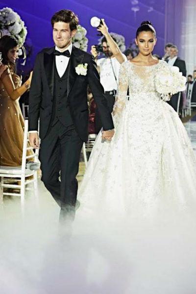 Поклонники отметили утонченность образов жениха и невесты
