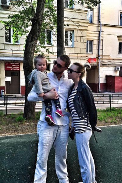 Элина Камирен с дочкой Сашей и отцом девочки Александром Задойновым