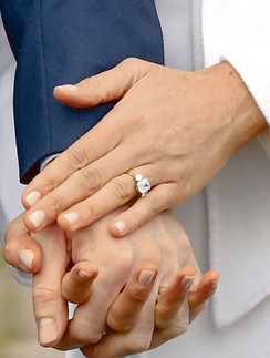 Дизайн кольца придумал жених: в центре бриллиант из Ботсваны, по бокам камни из броши принцессы Дианы
