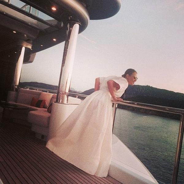 Вечер - повод сменить купальник на великолепное белое платье