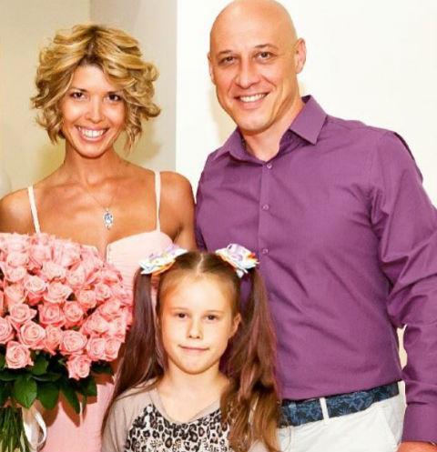 Денис с супругой Натальей и старшей дочерью Владой
