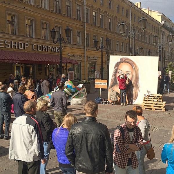 """Такой портрет Жанны украсил в выходные Петербург. """"Скорейшего возвращения домой, Жанна"""" - пожелали художники певице"""