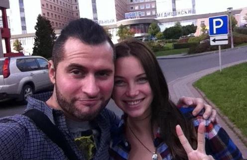 Иракли с женой Софьей у Перинатального центра