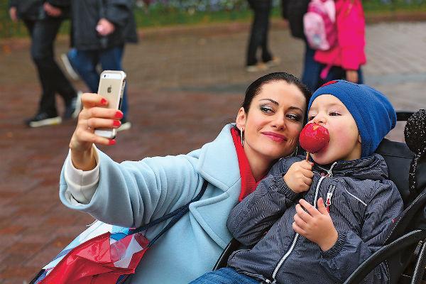 7-летний Добрыня радуется, когда маму узнают на улице