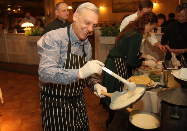 Александр Половцев испек блины для благотворительной акции