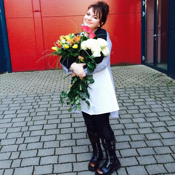 Ольга Картункова помогает коллеге