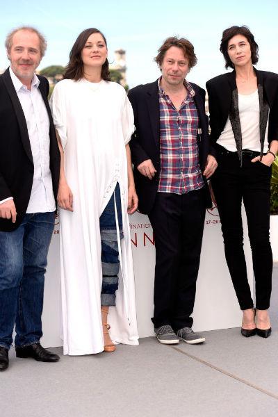 Перед фотографами позировали режиссер драмы Арно Деплешн и исполнители главных ролей: Матье Амальрик и Шарлотта Генсбур.