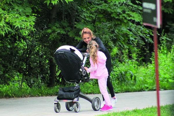 Первые полчаса малышку катали в коляске