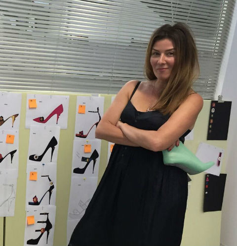 Жанна Бадоева с эскизами обуви из своей новой коллекции