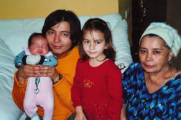 Мурат Насыров с детьми и мамой