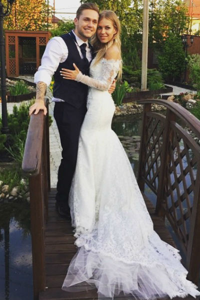 Для венчания Рита выбрала платье с закрытыми рукавами