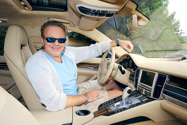 «В автомобиле обычно слушаю Рианну, Стинга, Стиви Уандера. Подпеваю редко. У нас Туся исполняет все, что бы я ни включил. Прошу: «Дай послушать!» – и делаю громче, и она еще громче поет»