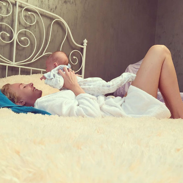 Дарья часто экспериментирует с текстильным оформлением спальни