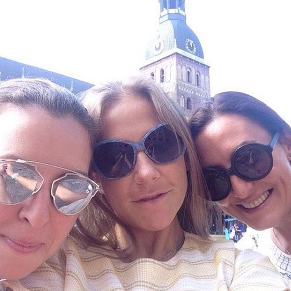 Юля с друзьями на отдыхе в Риге